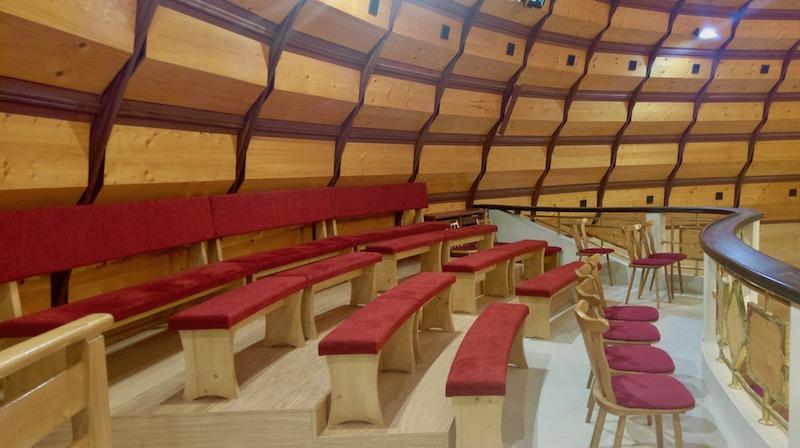 Nové lavice na chóre